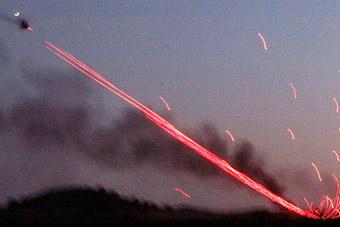 武装直升机夜间射击火爆场面 炮弹打成一条线