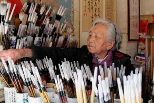 """昆明八旬""""毛笔奶奶"""":一生做好一支笔"""