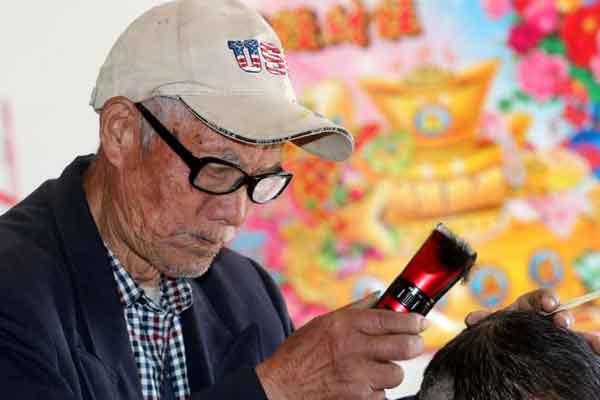 九旬老人上门替人理发69年 每次只收3元