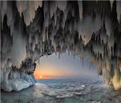 俄罗斯贝加尔湖冰洞万千冰锥气势迫人