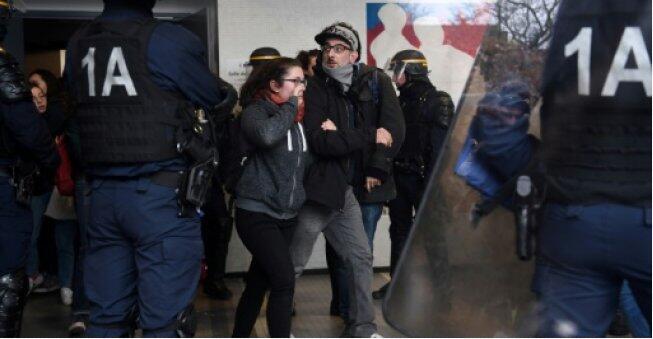 法国:逾400名老师支援罢工学生 指责入学改革虚伪