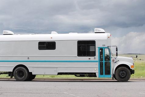 美五口之家改装旧校车环游全美过游牧生活