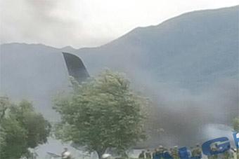 阿尔及利亚一架军机机场坠毁 多人死伤