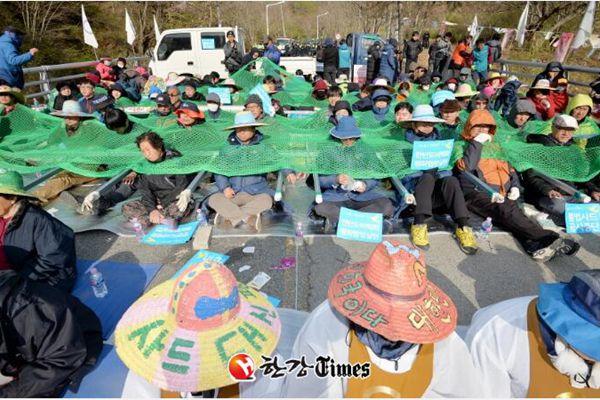 """韩欲对萨德基地动土施工 星州反""""萨德""""团体静坐示威"""