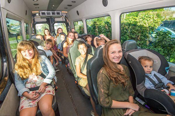 美国夫妇养育16名子女 出门像坐公交