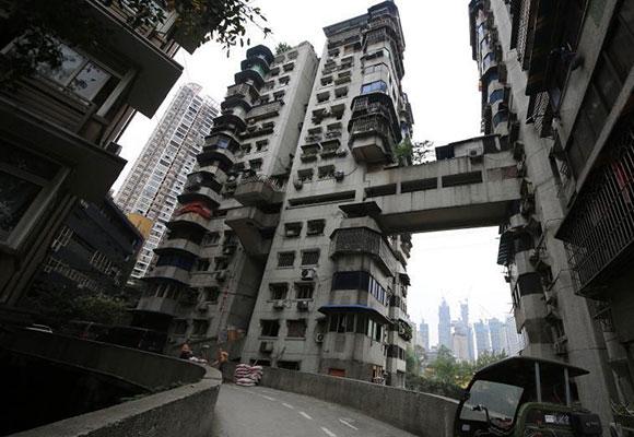 重庆24层居民楼不带电梯 3个出口通往不同街道