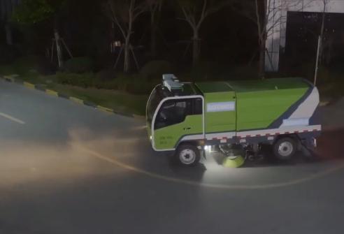 全球首个无人驾驶清洁车队上路试运行 夜晚自动启动