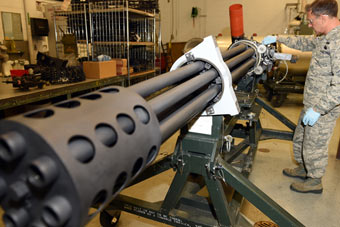 实拍最强加特林机炮倾泻子弹 打坦克如同撕纸