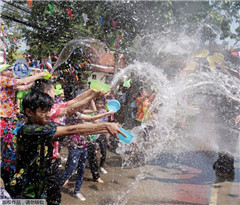 泰国民众迎接宋干节 人象泼水大战激烈开演