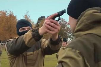 这个小国特种兵有多猛:脑门顶枪都能反杀