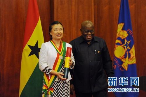 """中国侨网4月10日,加纳总统阿库福-阿多向中国驻加纳大使孙保红授予""""加纳之星""""荣誉勋章。新华网记者石松 摄"""