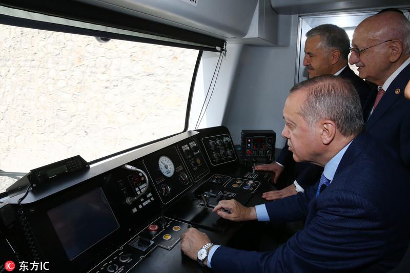 """土耳其总统出席铁路线开通仪式 化身""""老司机""""试驾"""