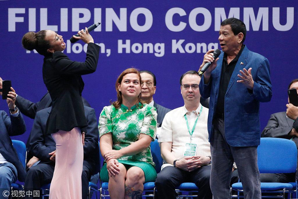 杜特尔特访香港会见菲裔社区代表 与女演员合唱一展歌喉