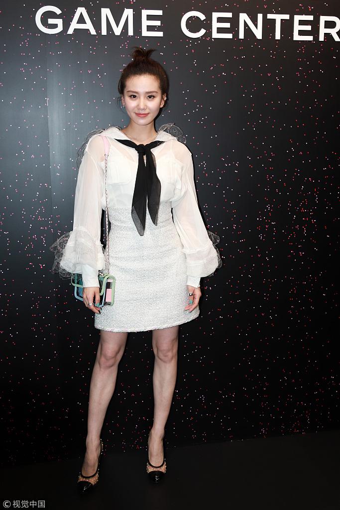 刘诗诗穿白裙出席活动 扎丸子头甜美干练
