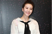 刘诗诗穿白裙扎丸子头甜美干练