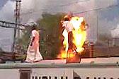 印度男子火车顶示威 触高压线秒变火球