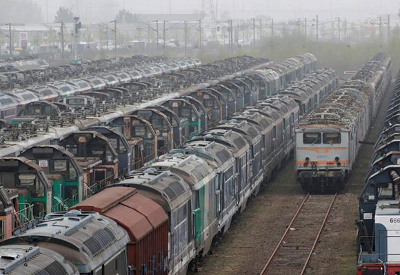 """探访法国""""火车墓地"""" 废弃列车排排放荒凉壮观"""