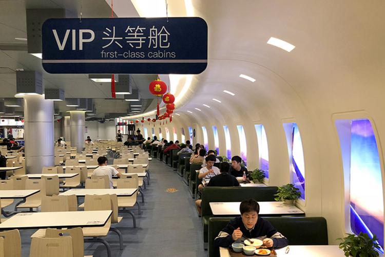 高校打造航空主题食堂 学生在头等舱用餐