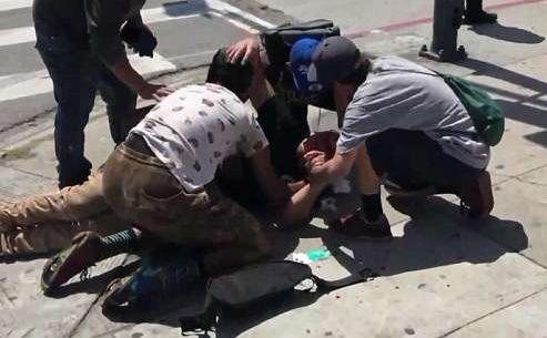 美骑行者路口抗议朋友被撞身亡 一人再次被车撞伤