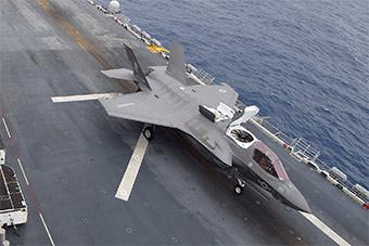 围着中国:美黄蜂号攻击舰菲律宾海操作F35战机