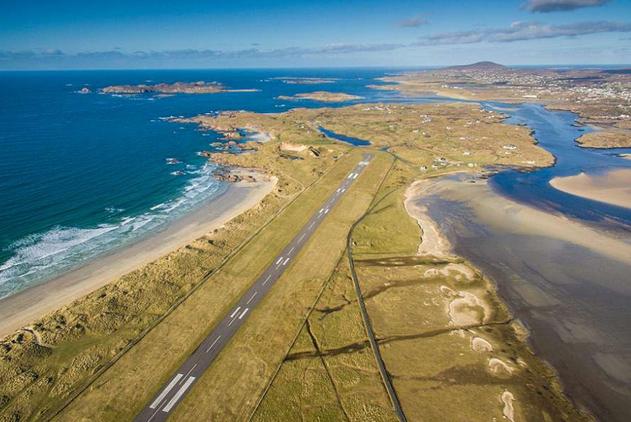 """爱尔兰机场跑道获赞""""最美跑道"""" 海景醉人"""
