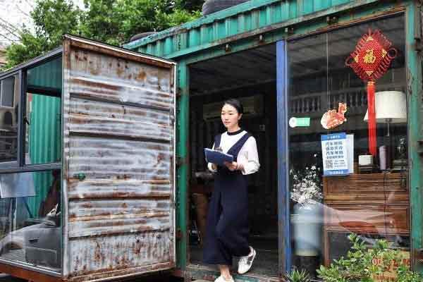有创意!90后美女将废弃集装箱改造为阳光房办公室