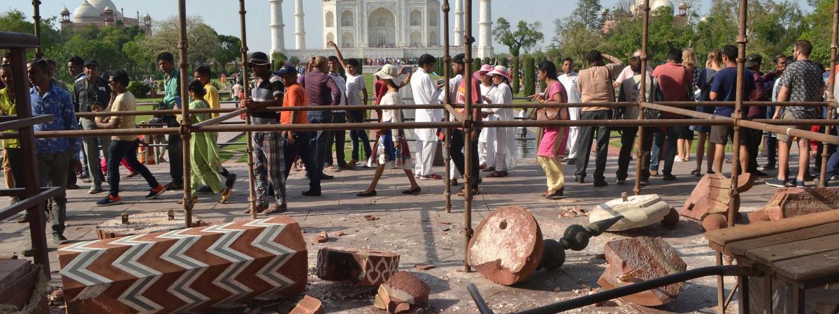 强风席卷印度泰姬陵 致入口两座石柱坍塌