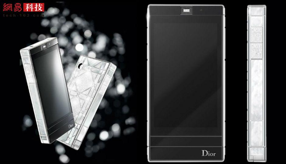 早在2011年,时尚界知名品牌迪奥就在手机领域崭露头角,推出了这款Reverie Haute Couture智能手机。它拥有1539颗钻石和46颗珍珠贝母,售价为10.2万美元。