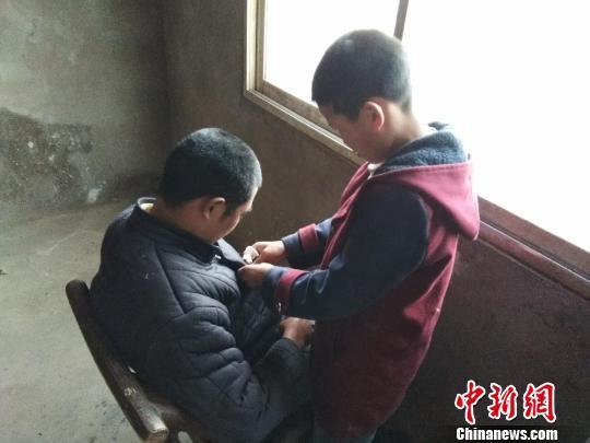 11岁少年撑起半个家:给瘫痪父亲洗尿布,攒课间奶带回家