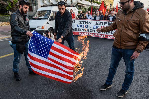 希腊民众焚烧美国国旗示威 反对美对叙动武