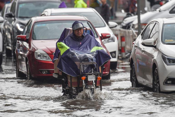 南昌降雨致城区部分路段积水 开车如行船