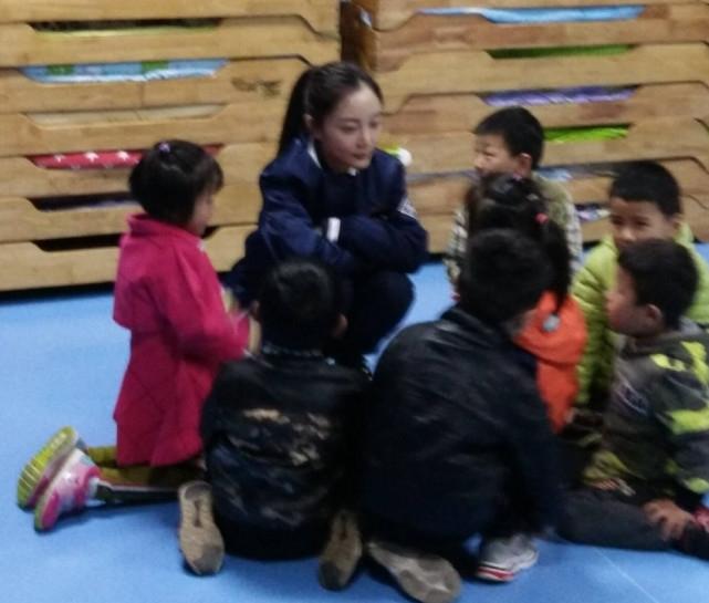 李小璐幼儿园里做义工 与人合照心情好