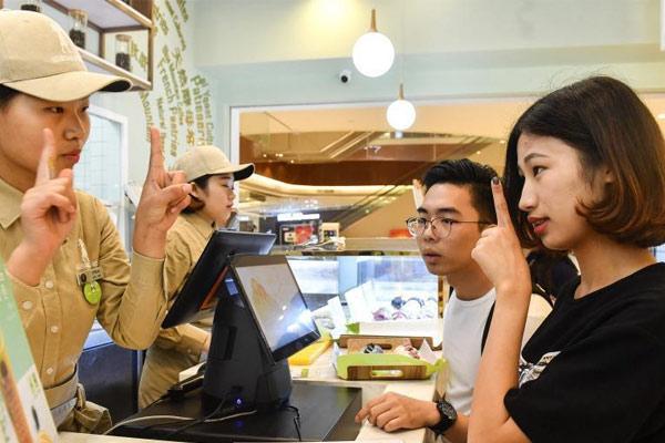 """广州""""无声""""面包店 17名员工均为聋哑人士"""