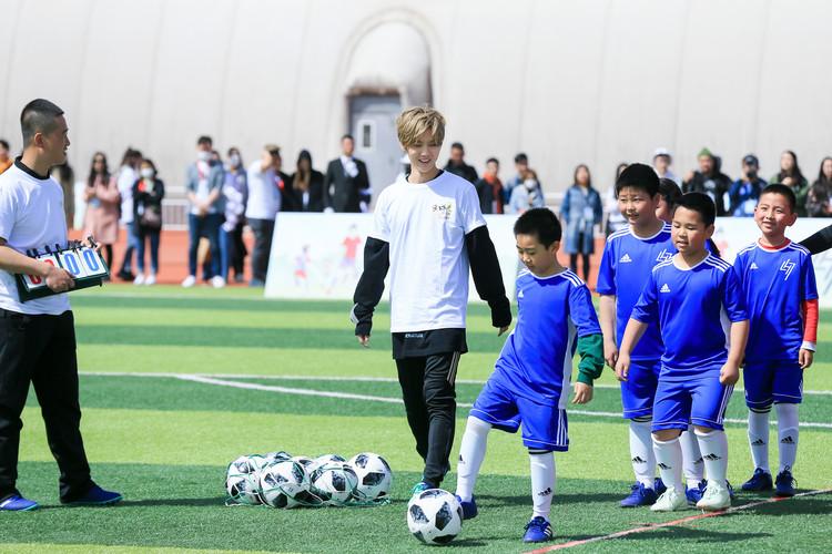 """鹿晗""""足球第一课""""启动 公益助阵少年足球梦"""