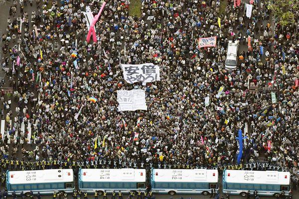 日本民众包围国会要求安倍及其内阁辞职