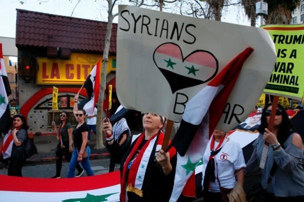 """美国民众上街抗议空袭叙利亚 批特朗普""""太好战"""""""