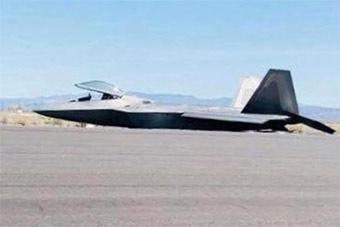 空袭叙利亚当天 美军一架F22在跑道上栽了