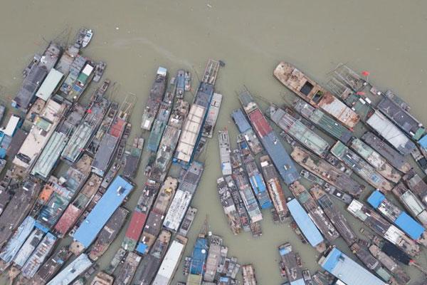 苏北洪泽湖休渔期 渔船停靠蔚为壮观