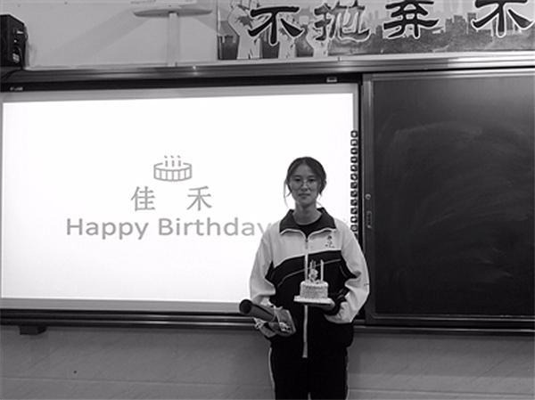 温州一班主任19年为800名学生过生日,写70万字祝福语