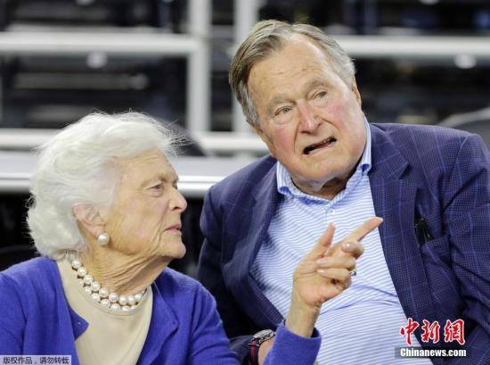 资料图:美国前总统老布什与夫人。