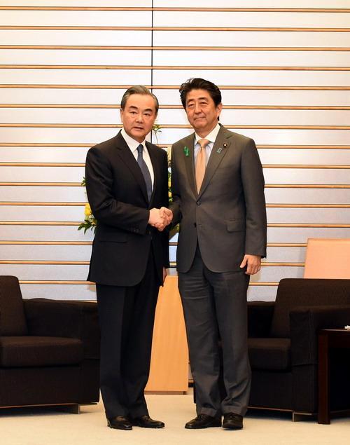 日本首相安倍晋三会见王毅:期待李克强总理正式访问日本