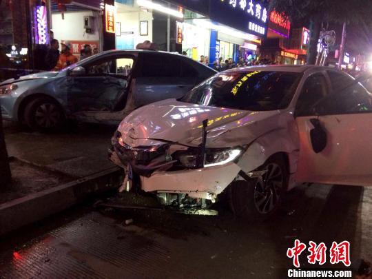 广西河池轿车闹市街头撞飞8辆电动车 致7人受伤