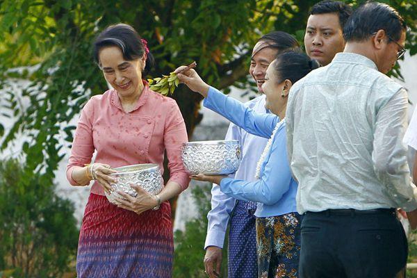昂山素季参加传统泼水节活动 与民同庆缅甸新年