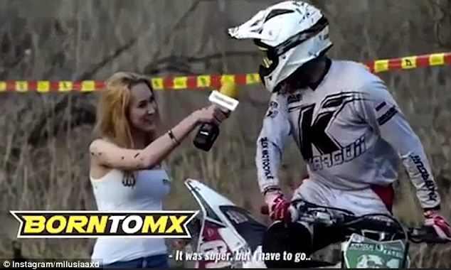 波兰女记者采访越野赛车手被溅满身泥巴
