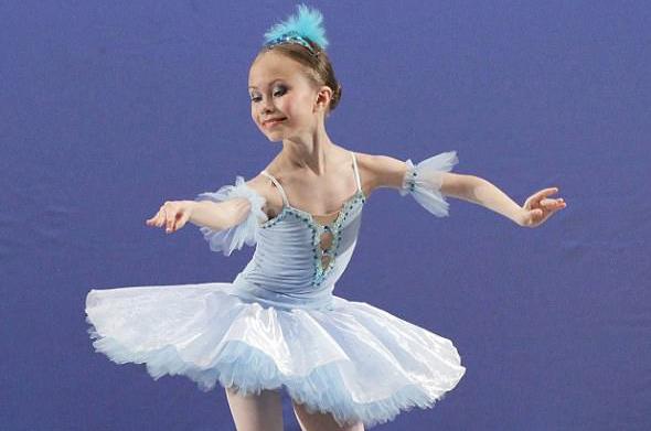 俄13岁芭蕾舞者凭高难度动作圈粉7万