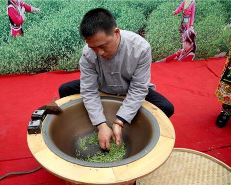 这口制茶的炒锅已经两次随杨俊成飘洋过海来到了联合国。