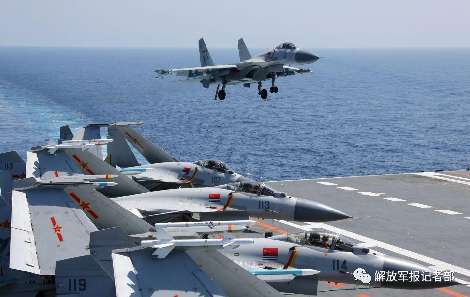 辽宁舰航母在南海演练对海陆空作战 歼15战斗机布满甲板
