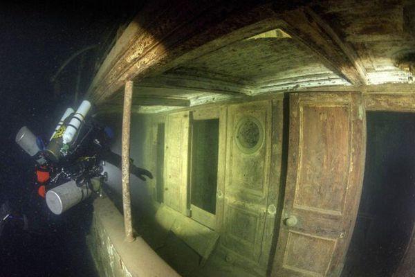 潜水员北美湖底探秘百年沉船 保存完整