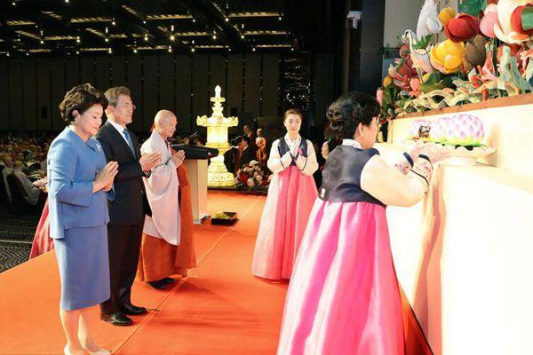 文在寅出席佛教法会 祈愿半岛稳定和平