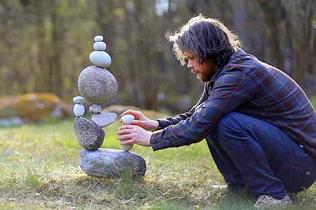 """厉害了!瑞典邮递员用鹅卵石创作平衡""""艺术石雕"""""""